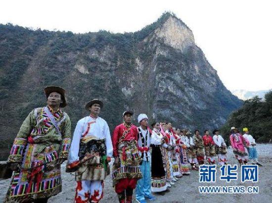 参加文化活动的各族群众