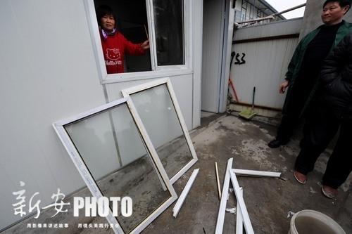 窗户被砸烂了