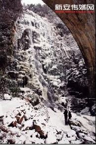 1月23日,游客在黄山六股尖拍摄雪后壮观的冰瀑。.jpg