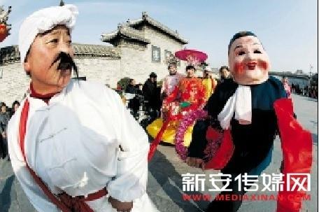 1月26日,在亳州花戏楼广场,艺人正在表演民俗节目。jpg