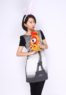 ②灰色的渐变长裙让ONE pice的装扮不会显得单调,埃菲尔铁塔的图案常年流行。
