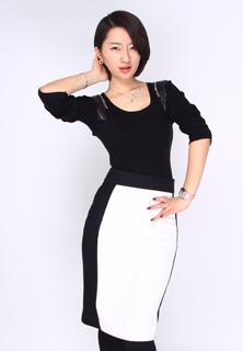 ①黑白半裙很有channel的风味,两边的黑色拼接有显瘦和拉长曲线的效果。大爱…