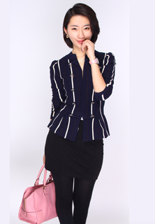 ④竖条纹的小外套还可单穿很实用,纽扣款式小带拿破仑风,百搭适合多种场合。