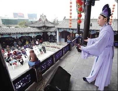 徽园亳州馆,演员正在台上演绎庐剧《游湖》,台下观众听得入神。