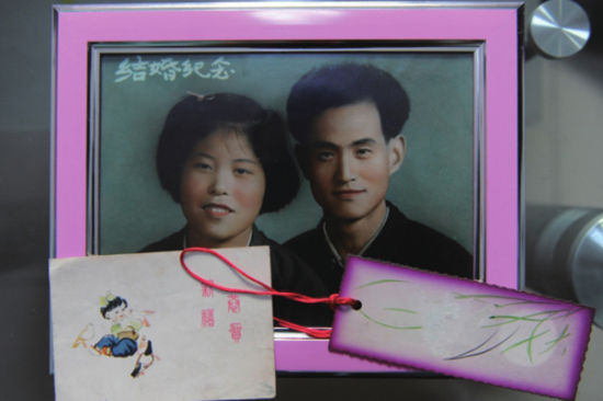 李家新和圣淑琴保留着当年的照片和爱情信物。