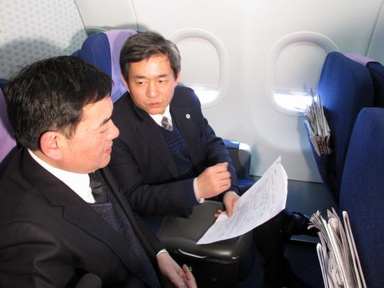 委员在飞机上交流提案