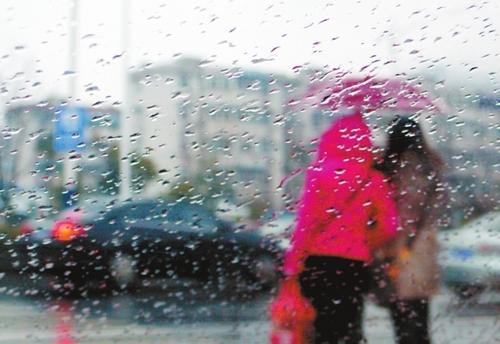 昨日合肥街头仍是一片雨蒙蒙。(记者项春雷/摄)