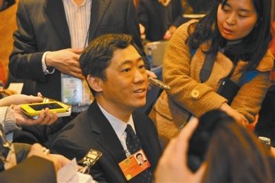 经济问题受关注,李稻葵也成为记者围追的目标。