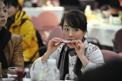 美女翻译抽空吃个水果