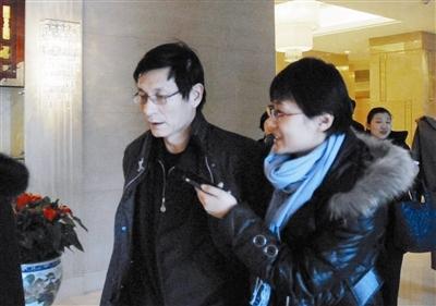 记者采访朱云来