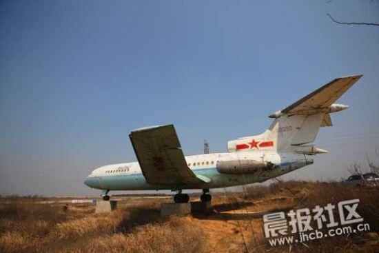 组图:省道旁边停着一架孤独的大飞机