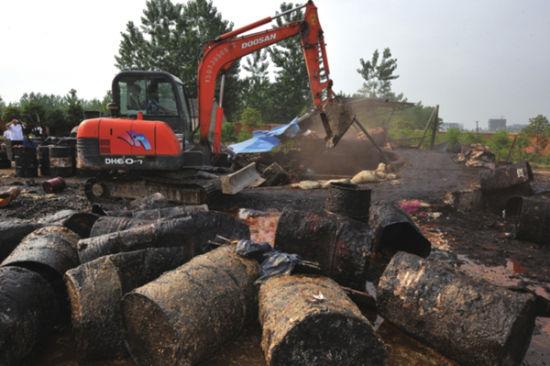图为去年5月30日,省城执法机关将一家地沟油窝点现场捣毁。而随着《合肥市餐厨垃圾管理办法》的出台,地沟油管理将纳入制度化。(资料图片)
