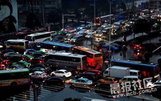 暴雨过后,合肥临泉路与全椒路交口出现大堵车