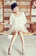 乳白色雪纺连衣裙(配饰黑色绢花)