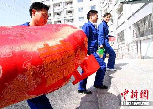 4月4日,安徽省合肥市包河区某企业职工迈进职工公租房。中新社发 韩苏原 摄