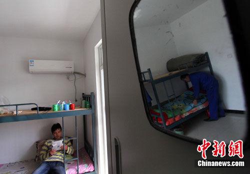 4月4日,安徽省合肥市包河区某企业职工公租房的4人间里,职工们正在忙活自己的小生活,他们也是首批入住的职工。中新社发 韩苏原 摄