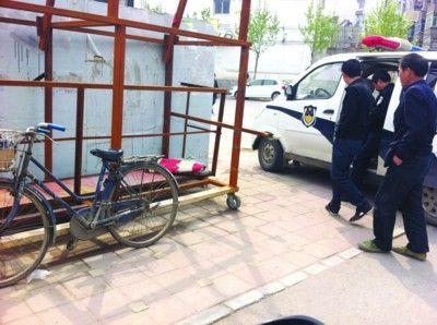 抓贼现场,尹老伯正配合民警做记录