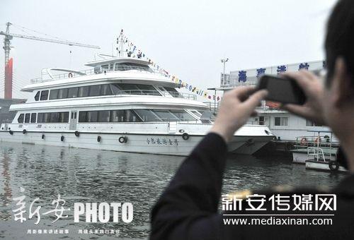 一名海事工作人员在拍照