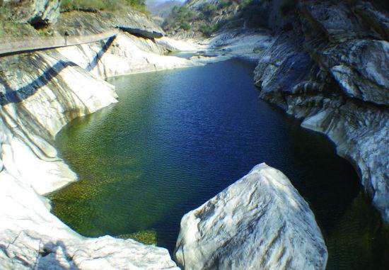 燕子河大峡谷一景
