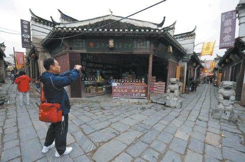 昨天,游客在参观游览三河古镇。五一假期将至,短线游随之升温。