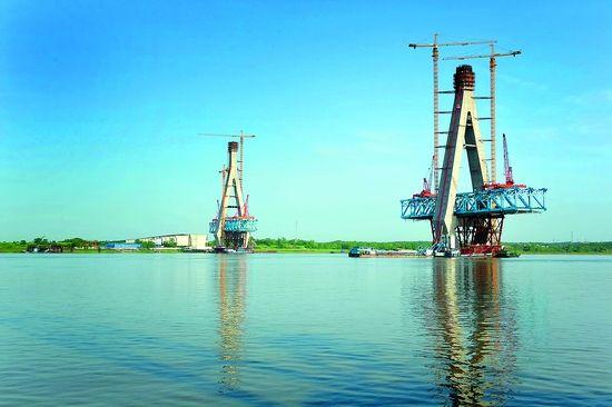 安庆长江大桥3#主塔正在挂设全桥第一根斜拉索。