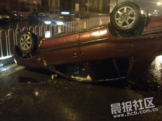 4月28日23时许,合肥市九华山路与桐城路附近,一辆红色的桑塔纳轿车四脚朝天翻倒在马路上