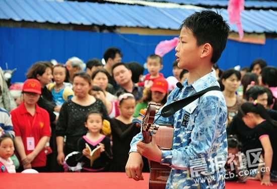 一位小朋友正在进行吉他表演