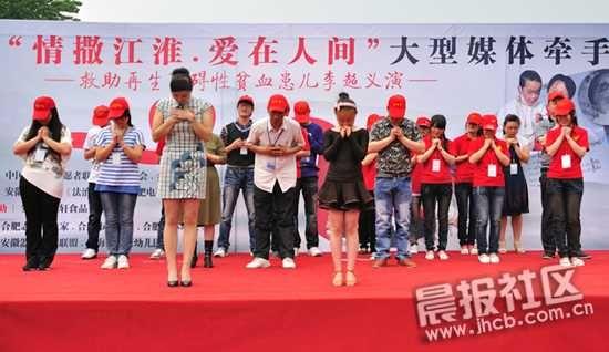 志愿者们正在进行手语舞《感恩的心》的表演