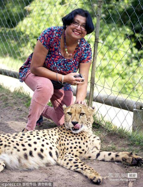 Violet D'Mello在野生动物园与猎豹合影。