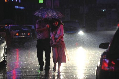 合肥大雨下到深夜仍未停。(记者王从启/摄)