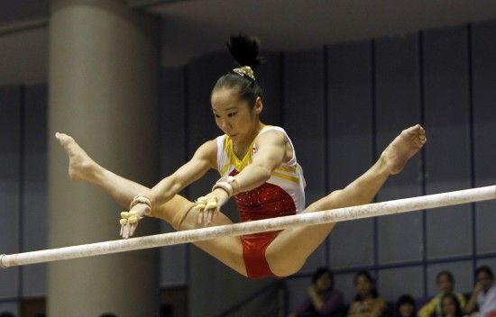 邓琳琳在高低杠比赛中 图片来源新华社