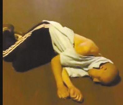外籍男子被打倒后,躺在地上不起来