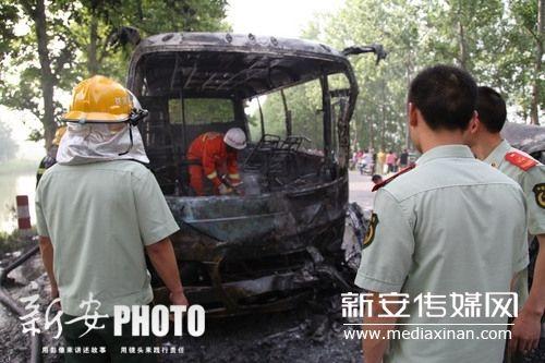 消防人员在抢救