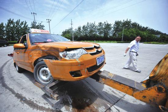 """出租车驾驶员只能""""忍痛""""看着自己的车被拖走。"""