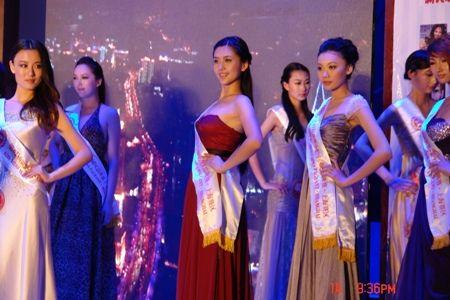 王恬子在第62届世界小姐大赛中(图中左三)
