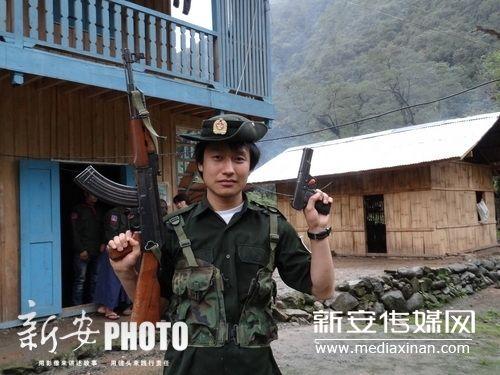 由于成功融入当地独龙族,边界士兵甚至允许刘峰上穿着他们衣服荷枪实弹。