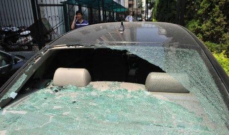 楼下一辆奥迪的后挡玻璃被砸坏。记者陈群/摄