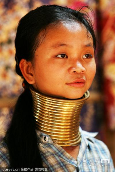 女孩自五岁起就要带起铜环