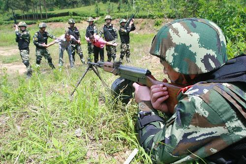 """武警特战队员成功抓获""""恐怖分子""""(5月21日)。"""