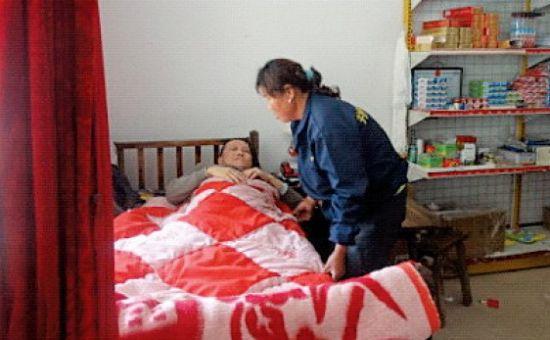 杨祥云对何三兵的照顾,二十多年没变过。(资料图片)