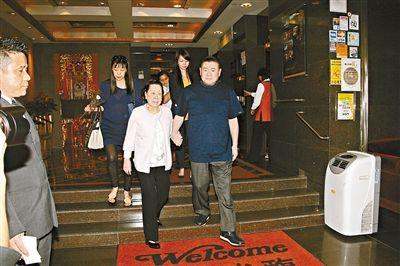 5月13日,香港富豪刘銮雄(右一)全家一起到湾仔福临门庆祝母亲节。(深圳商报图)
