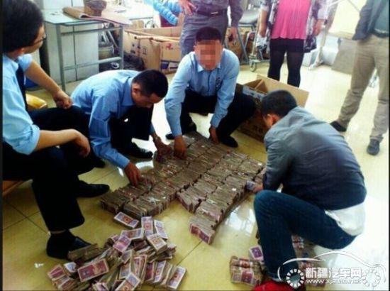 王先生告诉销售人员,他做冷饮批发生意已多年。一支雪糕卖几毛钱,家里存了不少零钱,一直没拿到银行换。最近他想买车,就搬着两箱零钱到附近银行换整钱,工作人员嫌零钱太多不愿办理,他只好提着钱来了。