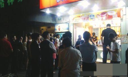 前天深夜,姚明驾车加油,顺道买个奶茶就被围观了起来。