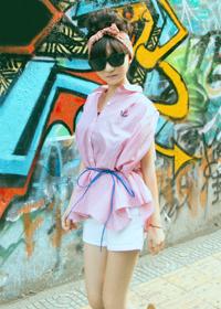 粉色条纹衬衫+白色热裤