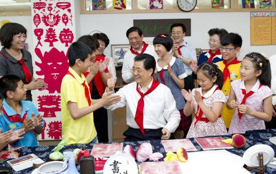 胡锦涛六一儿童节前夕在东城区看望少年儿童