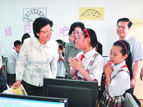 5月30日,省长李斌在合肥市三里街街道快乐家园流动儿童俱乐部参观小朋友的阅览室和绿色网吧。曹晓明摄