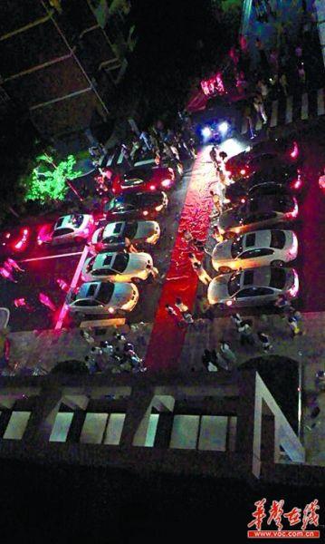 ▲11辆宝马车的车灯全部亮起,求婚开始。