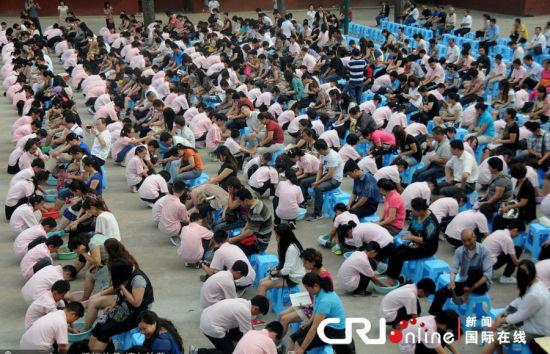 2012年6月3日,在河南省洛阳建中实验学校操场上,250名学生为家长行跪拜礼、为家长洗脚。