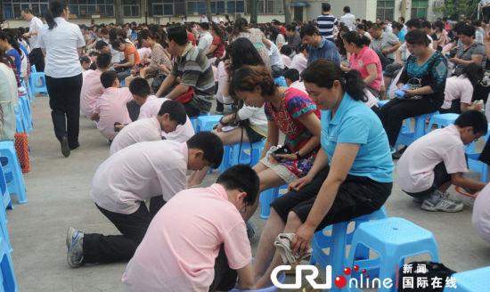 250名学生为家长行跪拜礼、为家长洗脚。