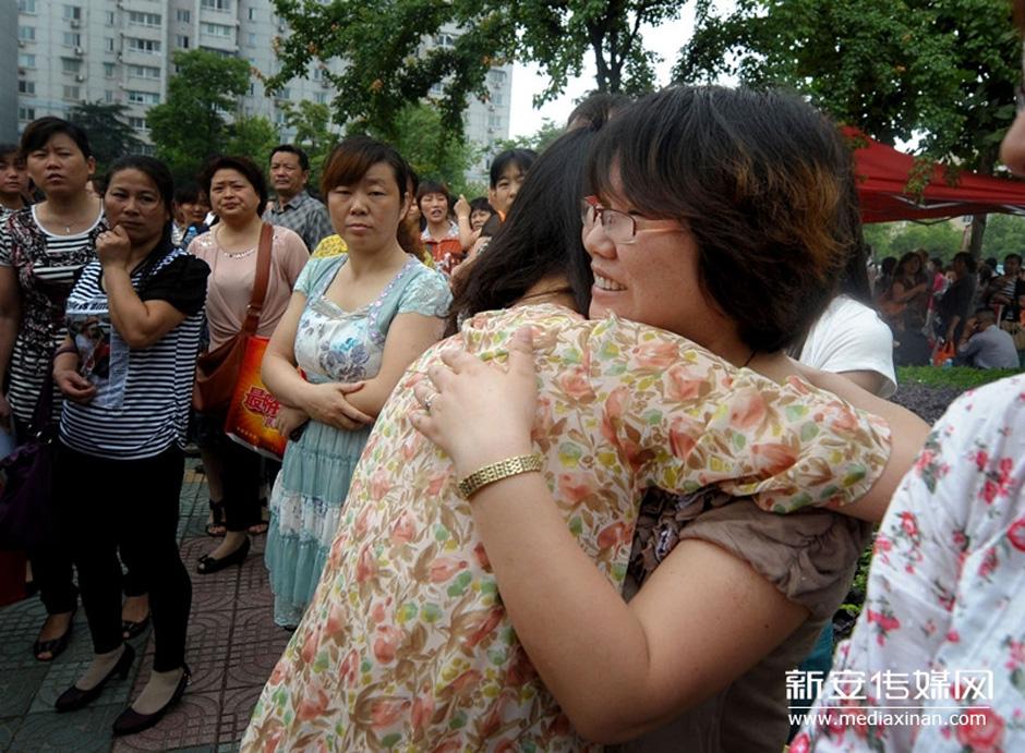 入考场前,与送考老师紧紧拥抱